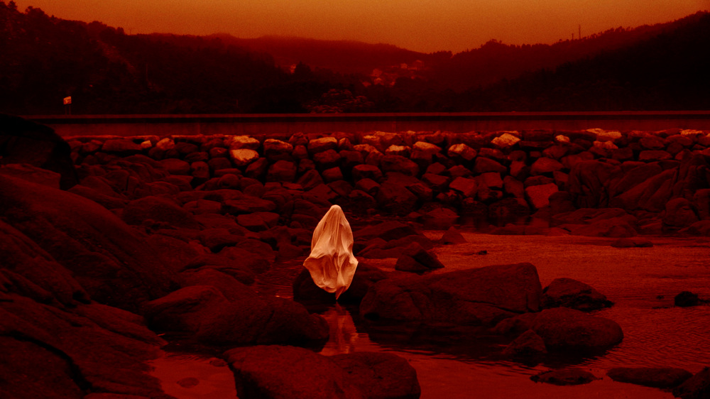 """Fotograma de la película """"Luna roja"""" de Lois Patiño."""
