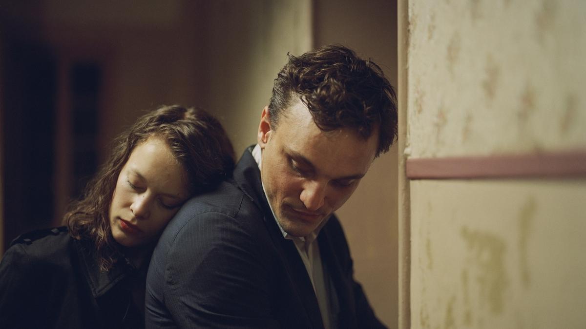 """Fotograma de la película """"En tránsito"""" de Christian Petzold, protagonizada por Paula Beer y Franz Rogowski."""