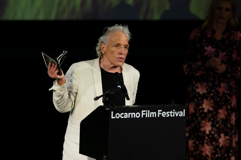 Abel Ferrara recibiendo el Premio a la Mejor Dirección.