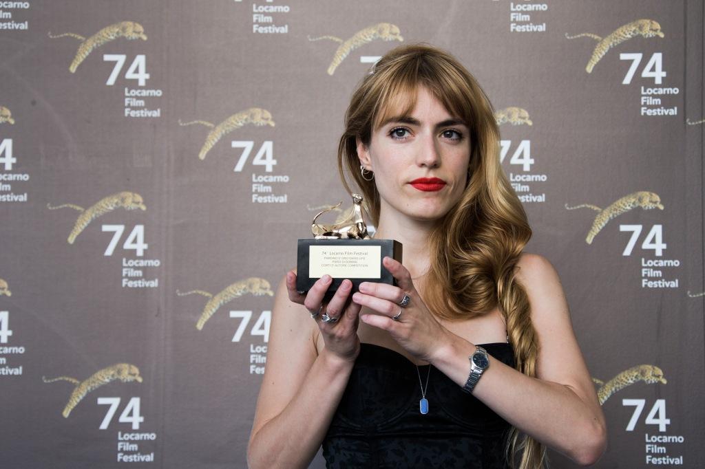 María Silvia Esteve recibiendo el Pardino d'oro por Criatura.