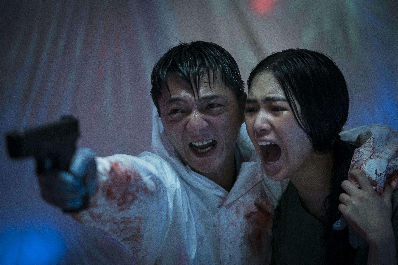 Fotograma de la película «The Sadness» de Robert Jabbaz.