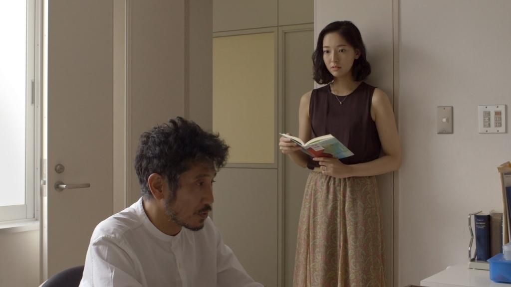 """Fotograma de la película """"Wheel of Fortune and Fantasy"""" (2021) de Ryusuke Hamaguchi."""
